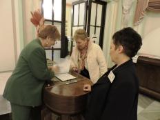 006- A CONTACT MKSZ munkatársa és önkéntese fogadja a rendezvény vendégeit